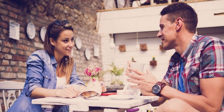 5 Things That Women Typically Do on Their First Dates Looking for Hints and Clues